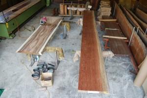 11 ブビンガ材、モンキーポッド材サンダー仕上げの様子
