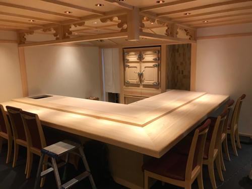 58 客席側L型カウンタ―:ラオス桧 厨房内天板:ヒノキ(無塗装)